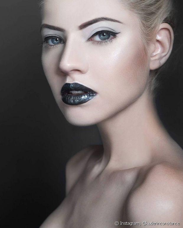 Para uma produção noturna, você pode brincar mais com os tons e usar sombras escuras combinadas com esfumados incríveis