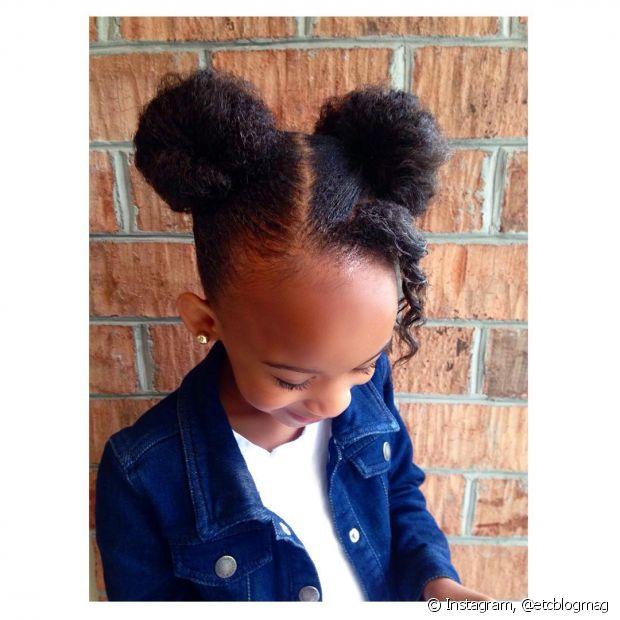 Divida o cabelo ao meio e faça um coque em cada lado do topo da cabeça