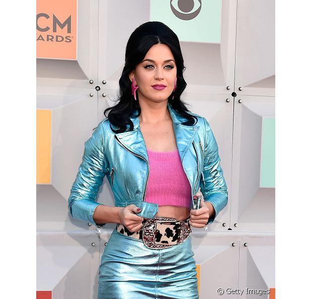 A cantora Katy Perry adora mudar seu visual, mas volta e meia aparece com o cabelo preto no tapete vermelho