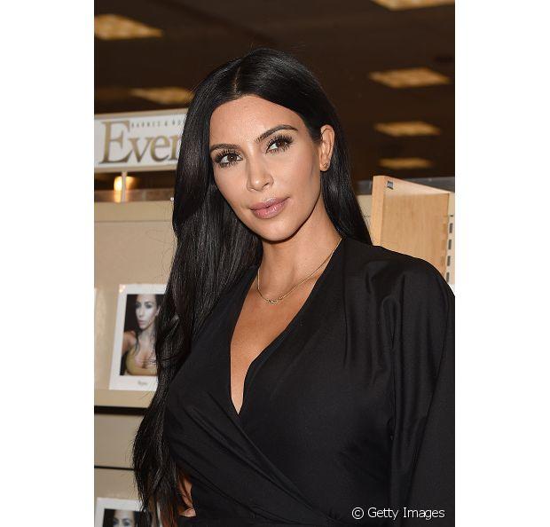 A socialite Kim Kardashian tem o cabelo preto como sua marca registrada