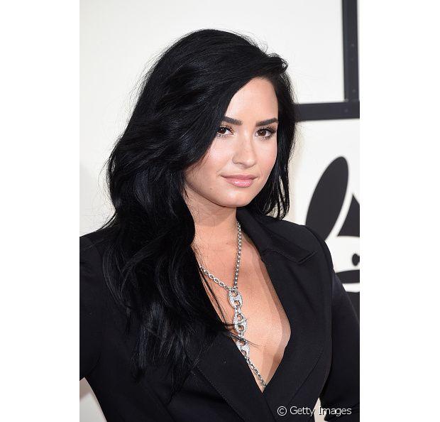 Demi Lovato tem a pele clara e ama o tom de preto nas madeixas!