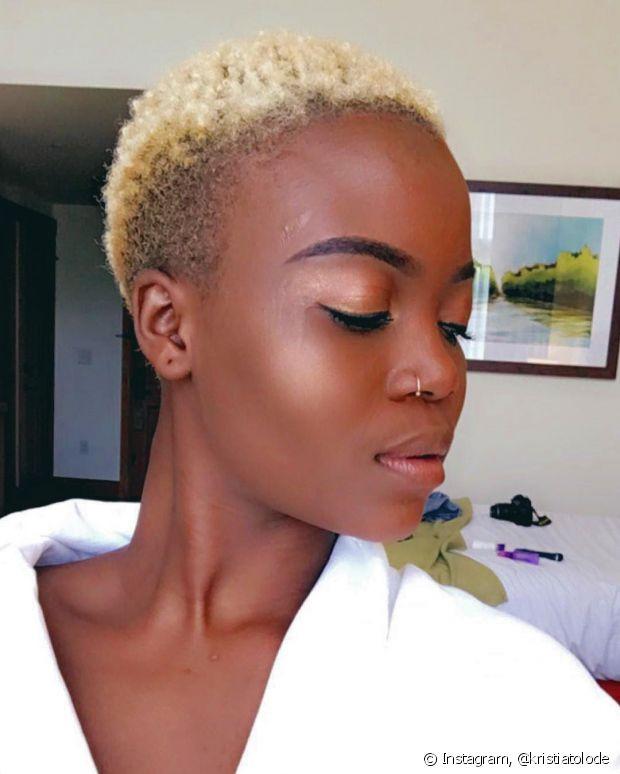 Negra com o cabelo crespo curtinho também pode ser loira platinada, viu?