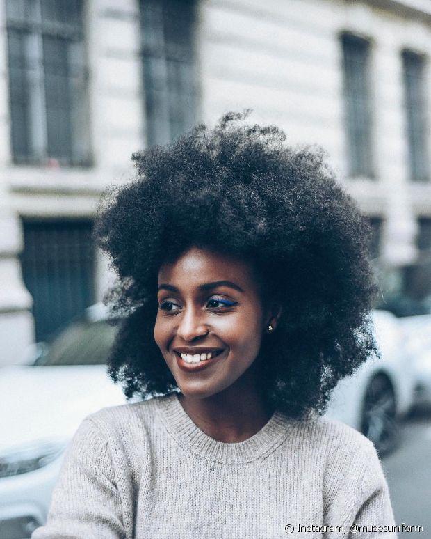 Para saber se seu cabelo está poroso, basta pegar alguns fios seus e colocar em um copo d'água por dez minutos