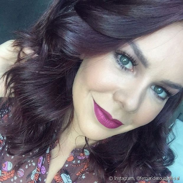 Fernanda Souza apostou no vinho marsala para colorir os cabelos