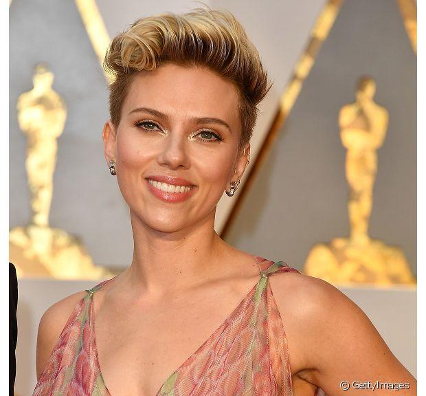 A atriz Scarlett Johansson está mantendo seus fios curtinhos e com muitos reflexos