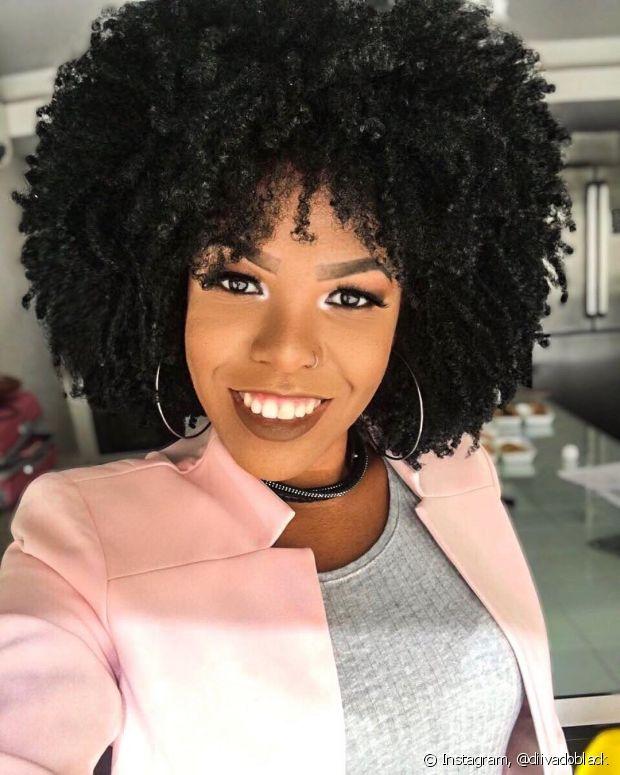 O corte de cabelo valoriza a cor e deixa o look mais jovial