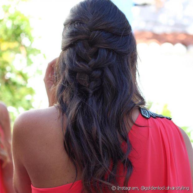 Os penteados semipresos são bem românticos e as tranças devem ser feitas somente até a metade do cabelo