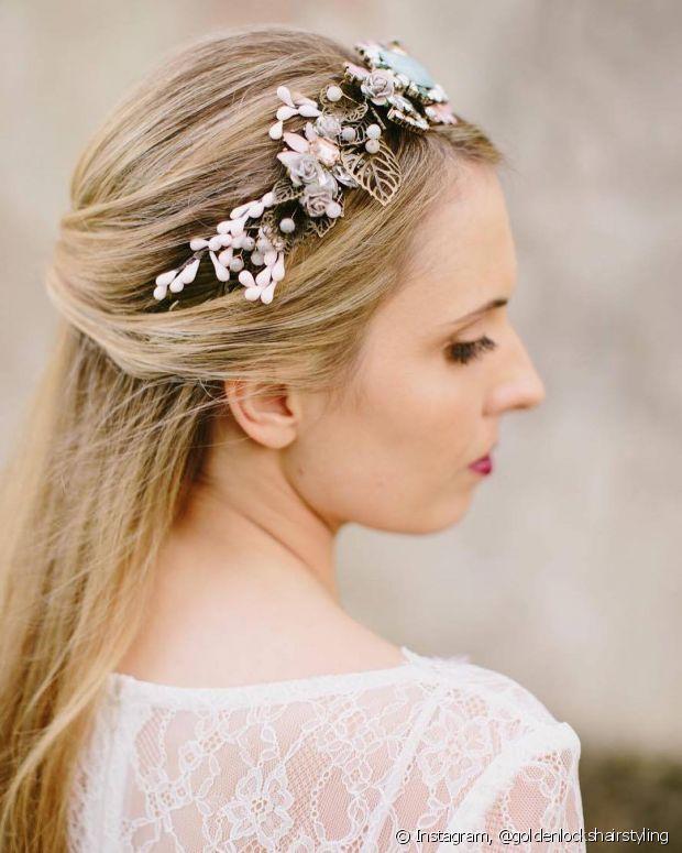 A tiara deixa os cabelos semipresos mais charmosos e festivos