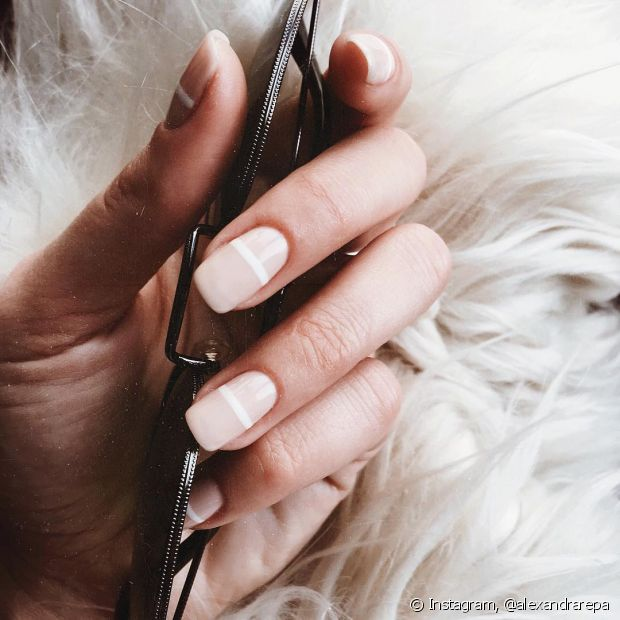 Depois de pintar com os esmaltes mais claros, passe um extrabrilho para evitar manchas nas unhas