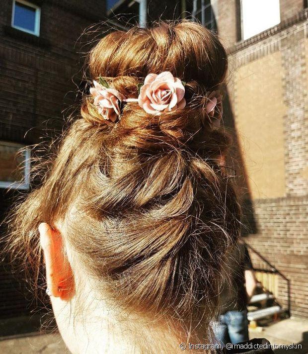 Colocar flores e tranças no coque rosquinha transformam o penteado