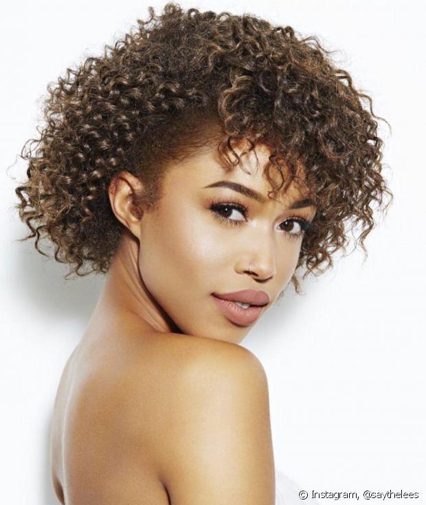 Cabelos curtinhos e com franjas funcionam em todos os tipos de cabelos, incluindo os cacheados e crespos