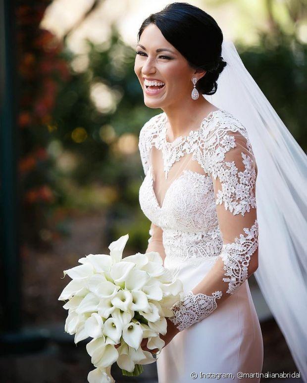 Para casamentos noturnos, aposte em vestidos mais elaborados, com detalhes, brilhos e rendas
