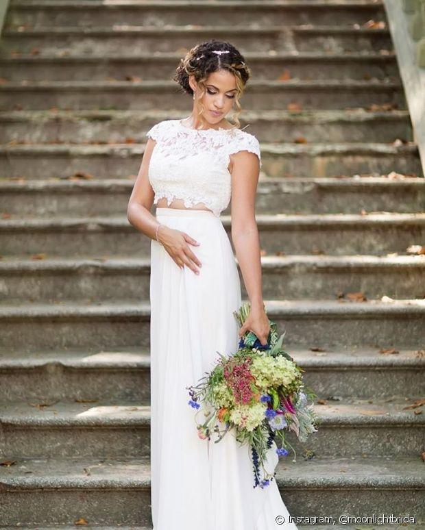 Se não quiser casar de vestido, aposte em duas peças, como top cropped e saia longa