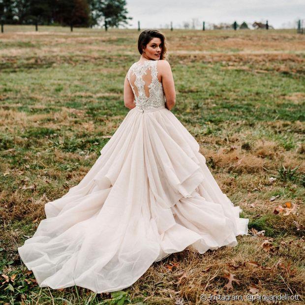 Os vestidos mais volumosos, estilo princesa, combinam perfeitamente com cerimônias noturnas