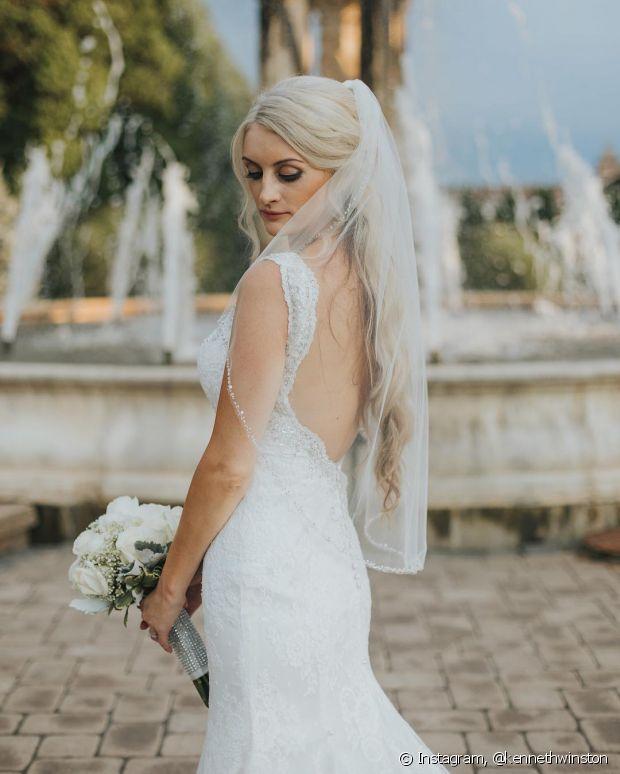 O modelo sereia, com decote nas costas, é muito requisitado entre as noivas