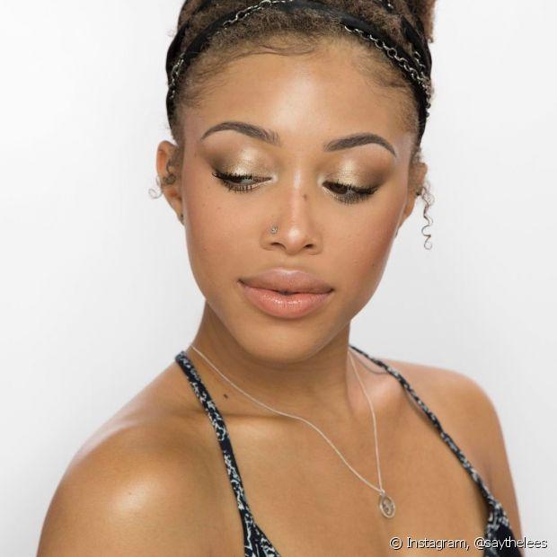 Você pode usar o óleo de coco para tirar a maquiagem, até mesmo quando ela for à prova d'água