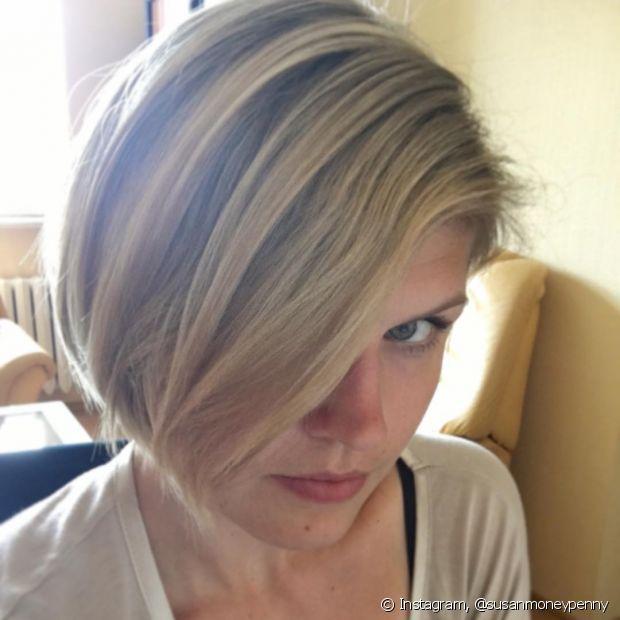 O cabelo curto com franjão lateral deixa o rosto redondo mais emoldurado