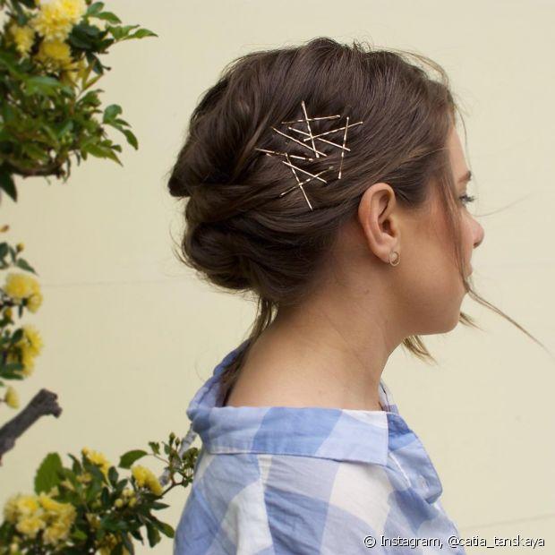 Usando spray de volume, os grampos e outros acessórios ficam no seu cabelo