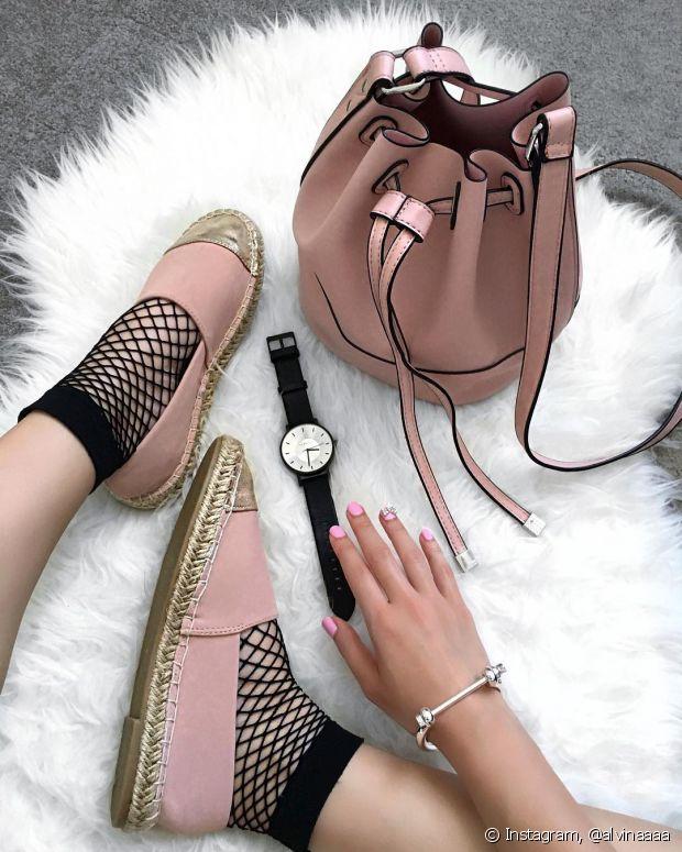 A meia arrastão também combina com sapatos mais delicados, como sapatilhas