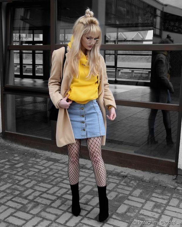 A meia arrastão com saia protege as pernas e deixa o look estiloso sem abafar