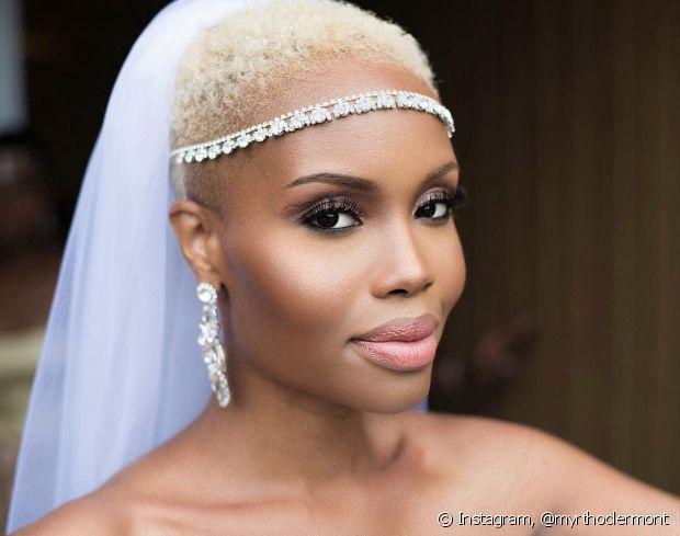 As tiaras dão mais destaque para noivas de cabelos curtos com véu