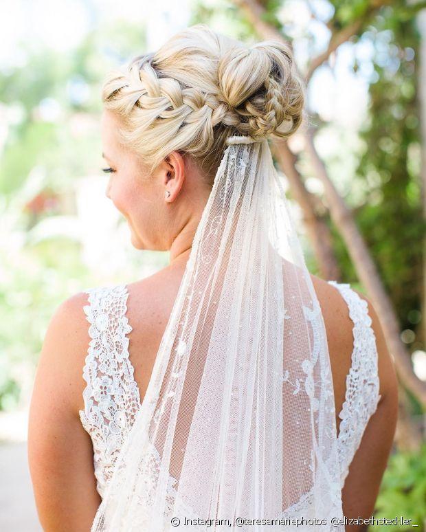 Usar o véu combinado com trança espinha de peixe é um visual lindo para noivas