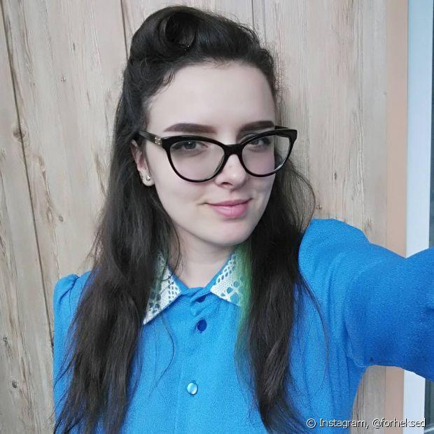 Se os fios soltos estiverem incomodando ou entrando nos óculos, prenda algumas mechas com grampos