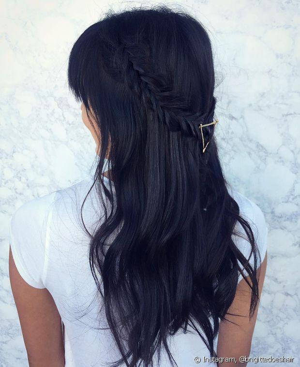 Como o design é fino, fica linda quando usada em penteados semipresos