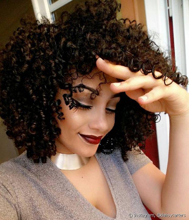 Um pouco de óleo de coco na máscara concentrada garante uma hidratação potente para os cabelos cacheados