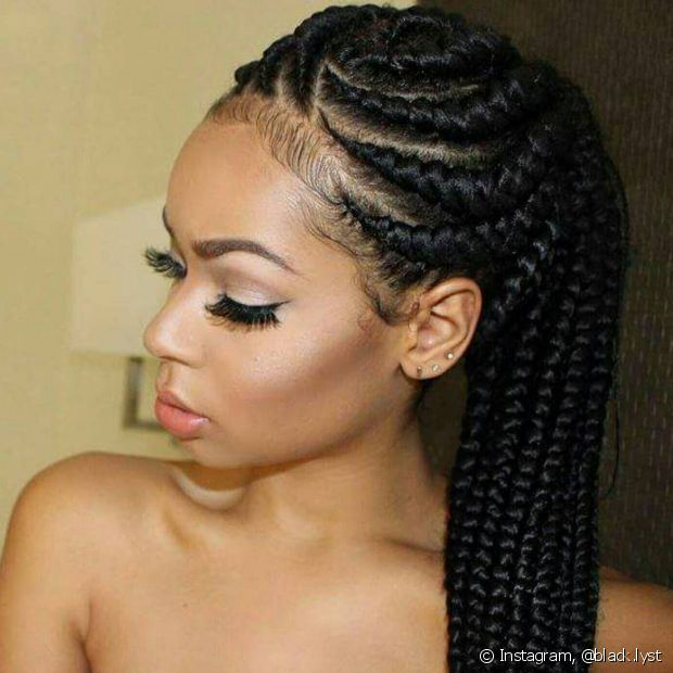 Quem é madrinha e usa box braids, pode aproveitar as tranças sintéticas para inovar no penteado