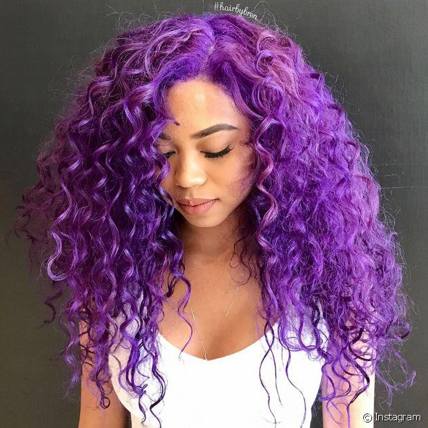 Retoque seu cabelo cacheado roxo com tonalizante a cada 15 dias