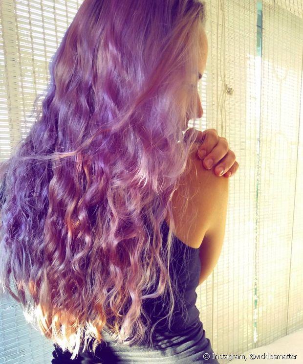 Se você tem o cabelo escuro vai ter que passar pela descoloração para ter os cachos roxos