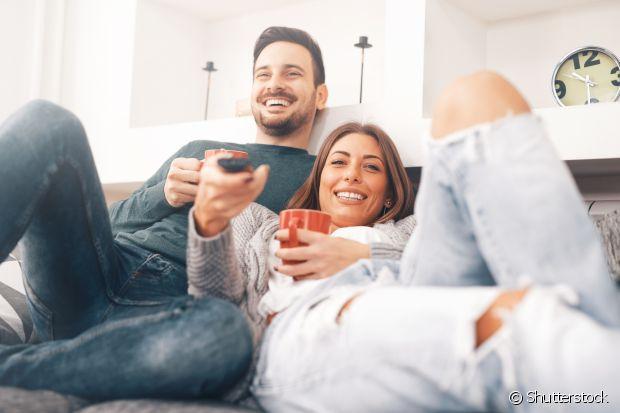 O que não faltam são opções de séries para você assistir com o seu namorado