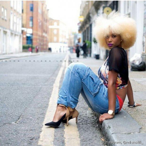 A umectação nos cabelos afros descoloridos pode ser feita com qualquer óleo vegetal ou produto próprio para o tratamento