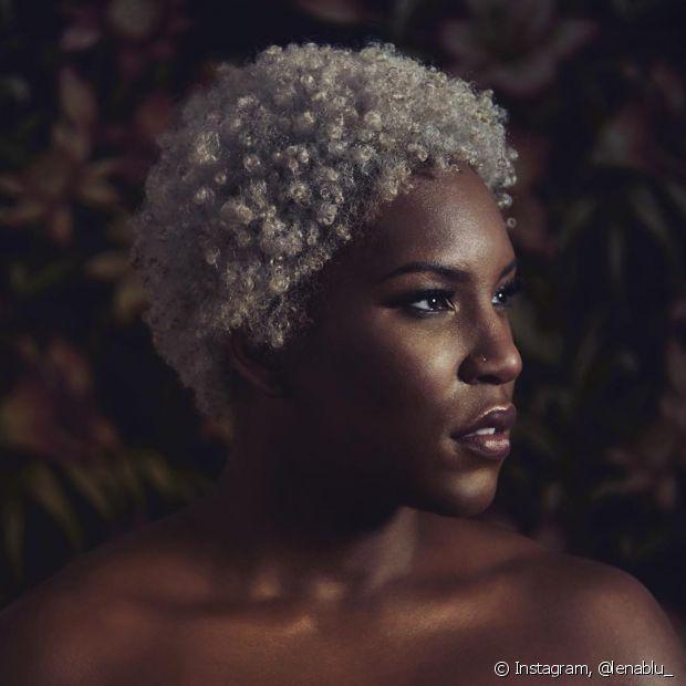 A umectação devolve os lipídios aos fios descoloridos, já que nos cabelos afros os óleos naturais não chegam até as pontas