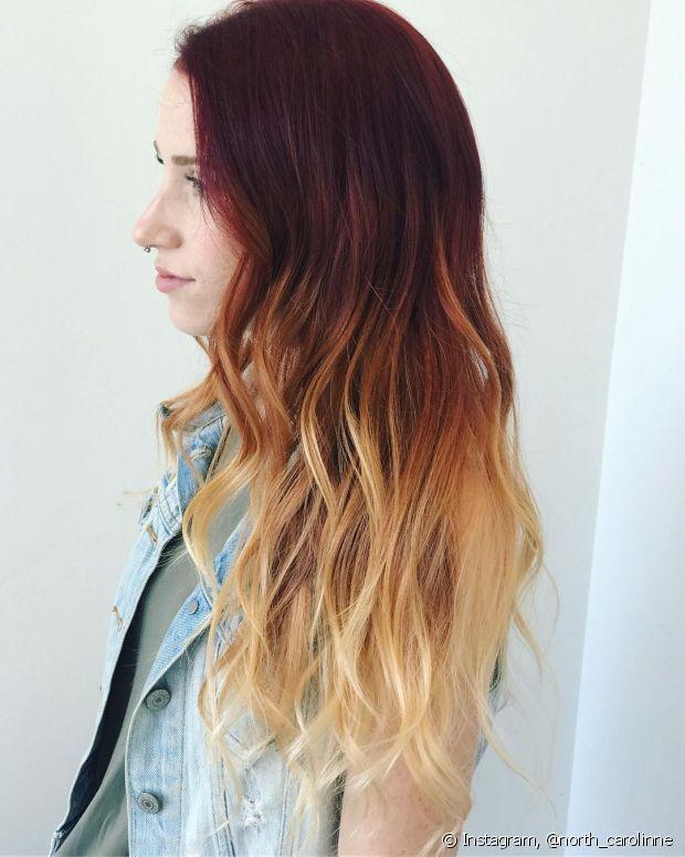 O firé ombré hair imita uma labareda de fogo, com a raiz avermelhada e as pontas em loiro claríssimo