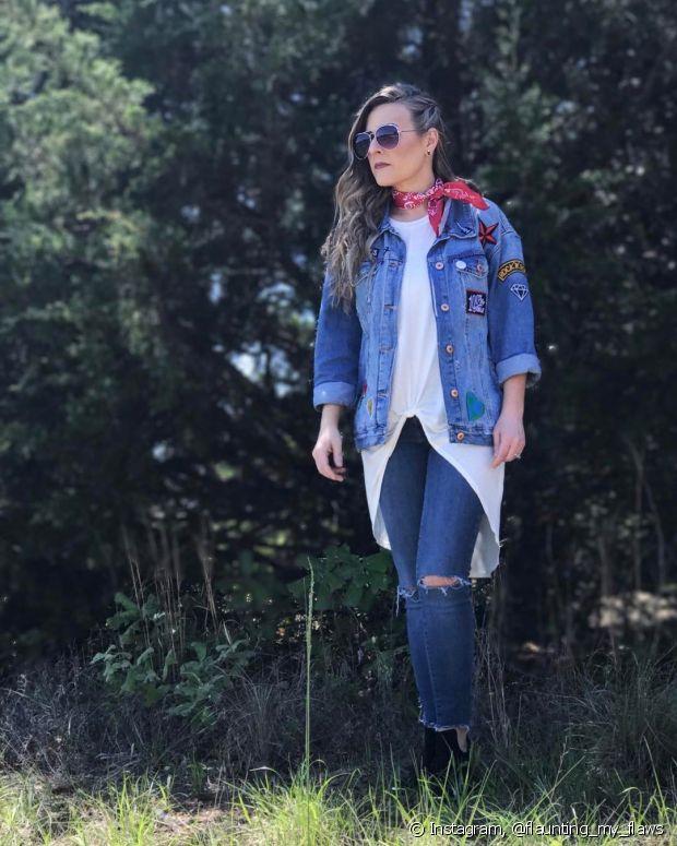 Misture a bandana com a camiseta e jeans para deixar o visual menos delicado