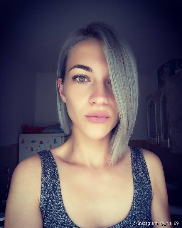 O corte de cabelo bem moderno valoriza os fios brancos, sem envelhecer a aparência
