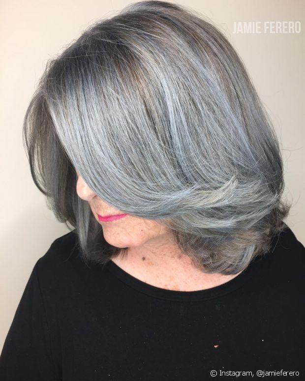 O silicone, óleo de argan ou ainda o leave-in diminuem o frizz dos cabelos brancos