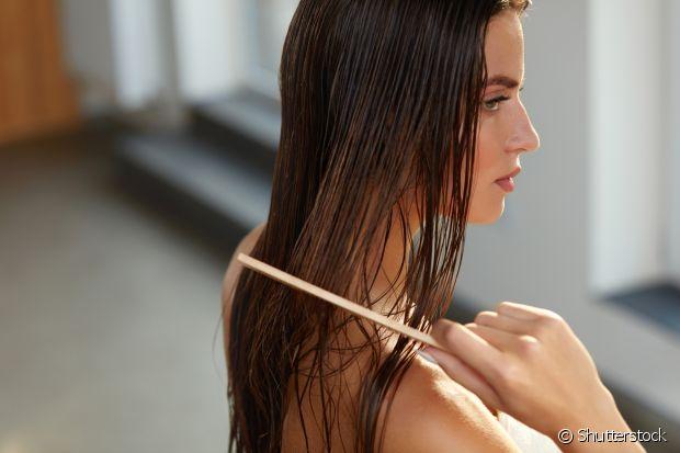Penteie seus fios antes de entrar no banho, assim eles ficarão mais alinhados