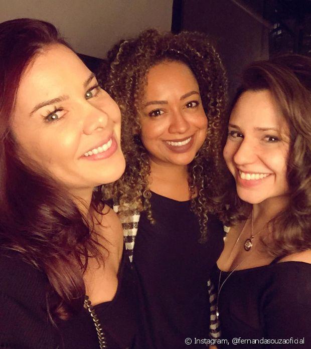 Fernanda Souza, junto com as amigas de infância e de trabalho, relembra fases da vida em seu programa de TV
