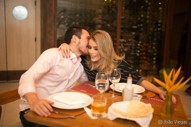 Mariana Saad recebe o carinho do namorado, Guilherme, durante o jantar