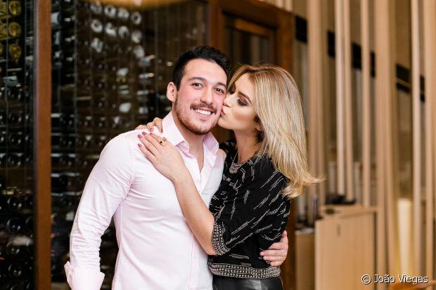 Mariana Saad recebeu uma surpresa do namorado, Guilherme, que aprovou o novo loiro da blogueira