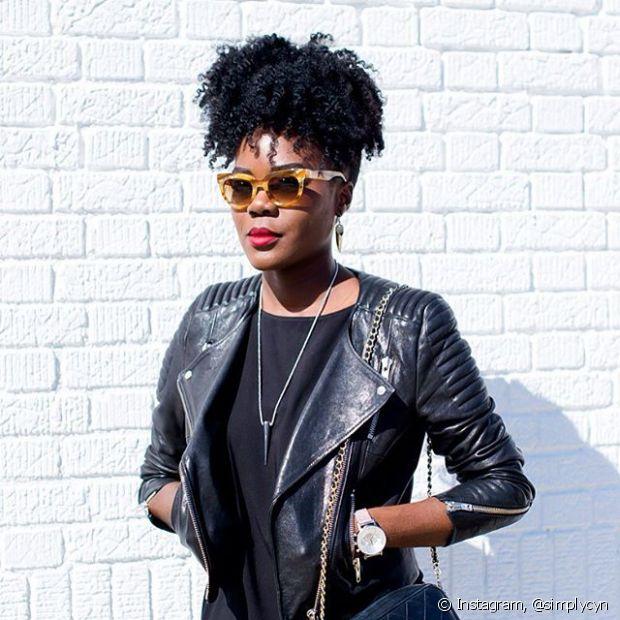 Fios presos no alto da cabeça proporcionando volume extra ao rabo de cavalo é a opção preferidas das meninas de cabelo afro