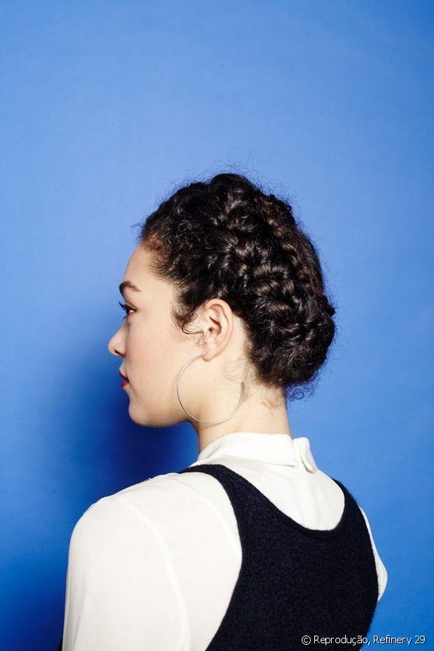 Também é possível fazer um coque com referência grega trançando três partes do cabelo antes de prender