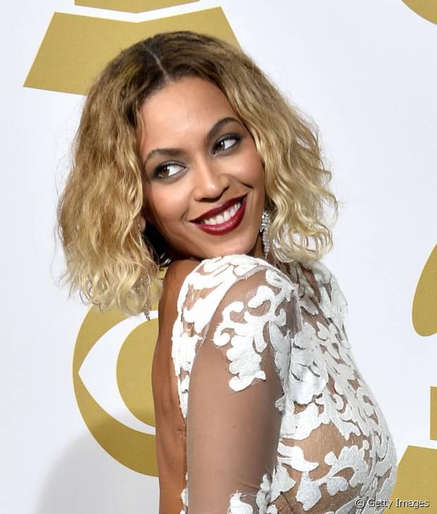 Em 2015, Beyoncé exibiu um lindo bob hair com efeito messy durante alguns meses, mas logo depois colocou megahair novamente
