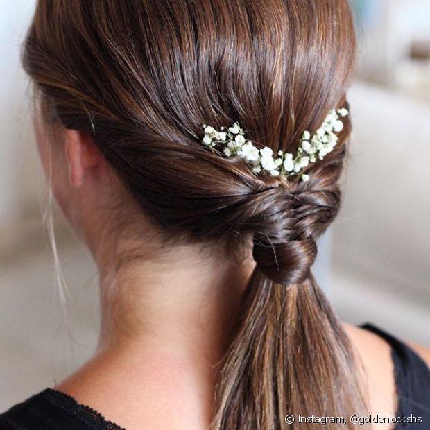 Se você vai à um casamento ou formatura, adicione flores pequeninas e delicadas ao seu penteado
