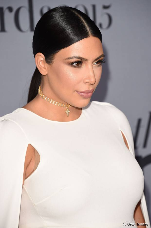 Kim Kardashian é fã do modelito polido, baixo e dividido ao meio