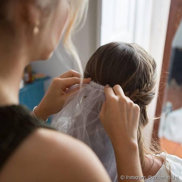 'Alguns véus mais pesados ou mantilhas devem ser usados com coque para ajudar na sustentação. Outros mais leves e mais curtos podem ser usados com cabelos soltos e ondulados', disse o cabeleireiro Guilherme Camilo
