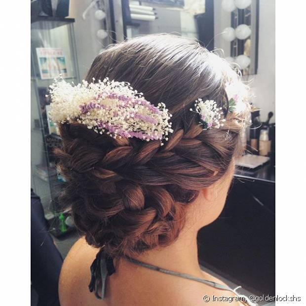 Flores naturais podem trazer delicadeza ao seu penteado. Aposte!